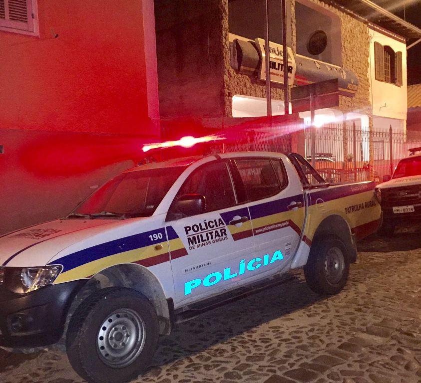 Polícia Militar prende jovem após arrombar carro e tentar levar som automotivo