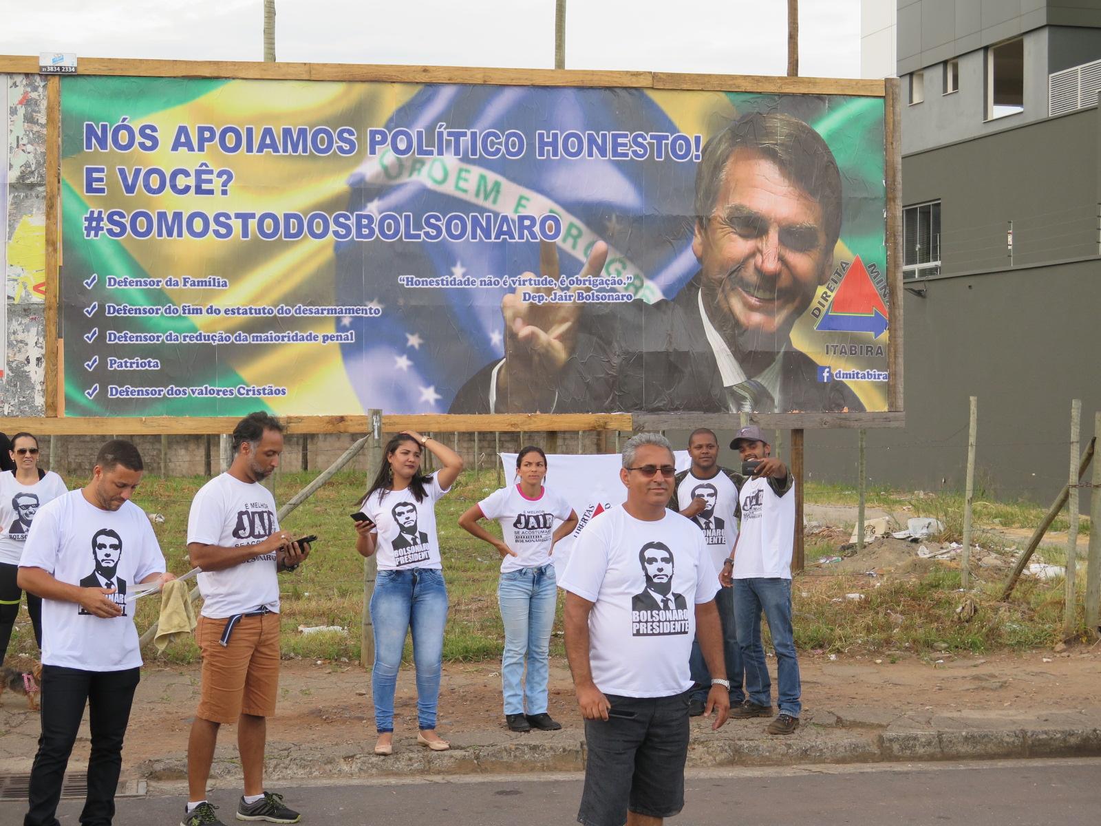 Apoiadores de Bolsonaro fazem ato em Itabira