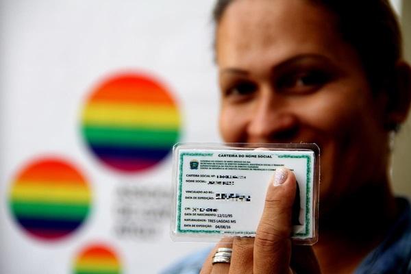 MEC autoriza uso de nome social na educação básica para travestis e transexuais