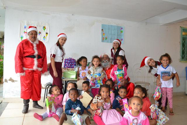 Campanha de Natal do Laboratório Duarte leva presentes e alegria para crianças e idosos