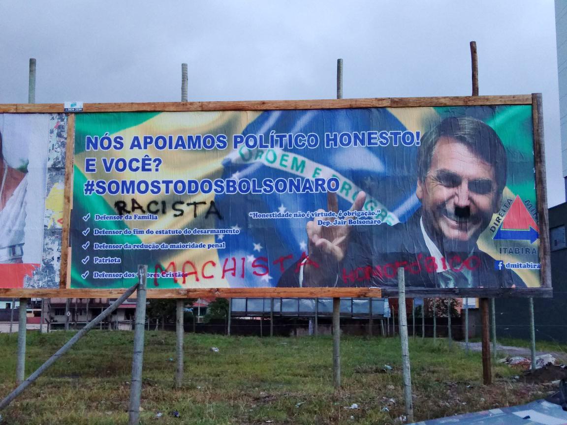 Outdoor de Bolsonaro aparece pichado na avenida Mauro Ribeiro