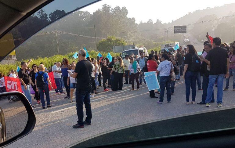 Professores em greve fazem manifestação na BR-381