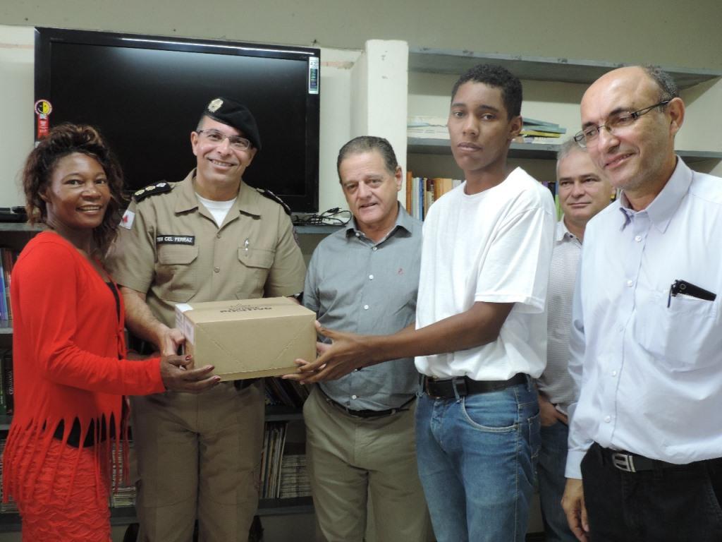 Livros são entregues pelo prefeito de Itabira ao Colégio Tiradentes
