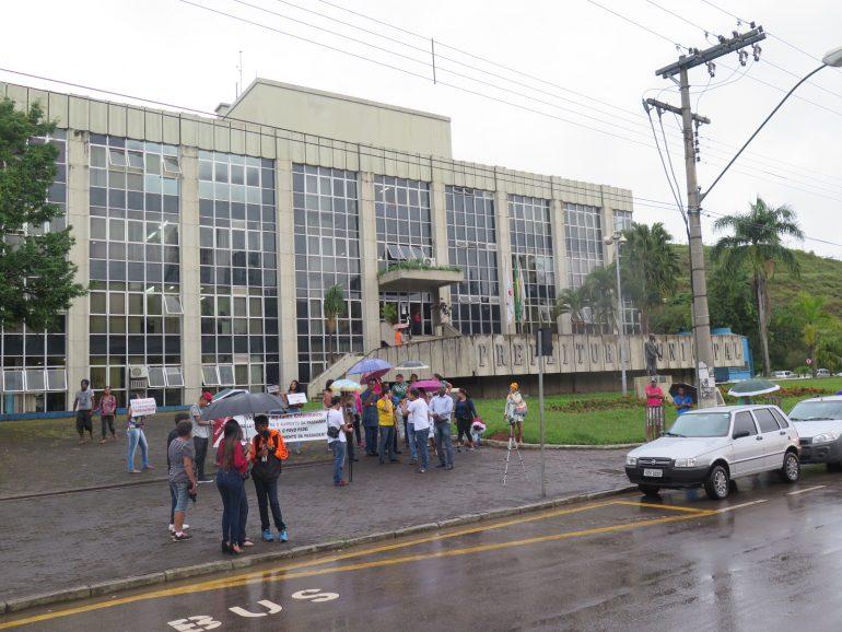 Com pouca adesão, grupo protesta contra aumento da passagem em Itabira