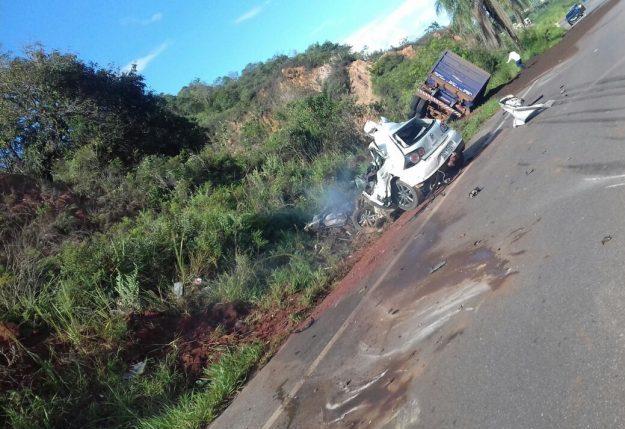 Casal morre em batida frontal com carreta na MG-436, em Santa Bárbara