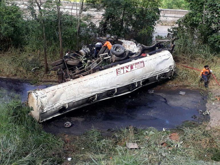 Carreta-tanque tomba em Monlevade e vaza produto inflamável na pista