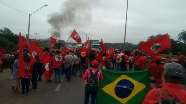 MST bloqueia rodovias em protesto à prisão de Lula