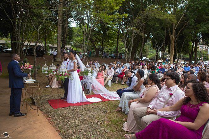 Noivos se casam em área verde no meio de avenidas em João Monlevade