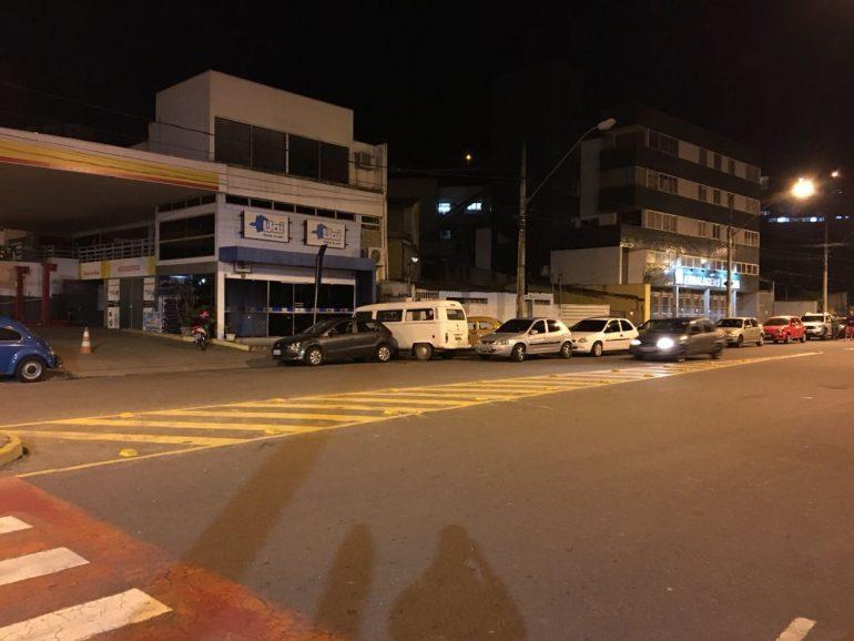 À espera da gasolina, motoristas encaram longa fila noturna no Centro de Itabira