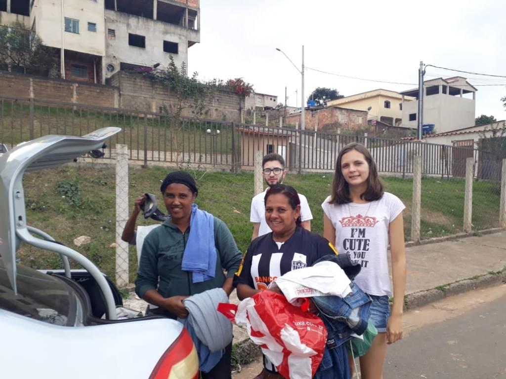 Empresa júnior da Unifei entrega no Santa Marta donativos de campanha do agasalho