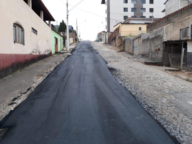 Estratégica para fluxo de veículos, rua Joana Darc começa a ser asfaltada