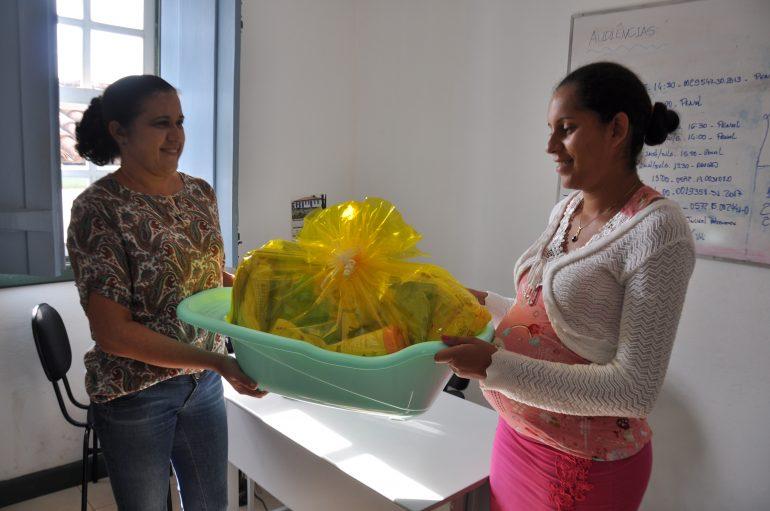 Famílias de Catas Altas recebem kit natalidade