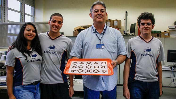 Estudantes mineiros desenvolvem impressora 3D de chocolate