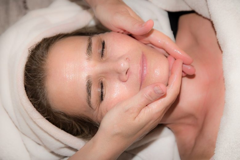 Limpeza de pele e peeling nuclear podem eliminar poluição do rosto