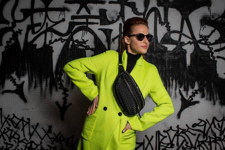 Inverno chega com tendências pouco discretas apostando no neon e casaco pelúcia