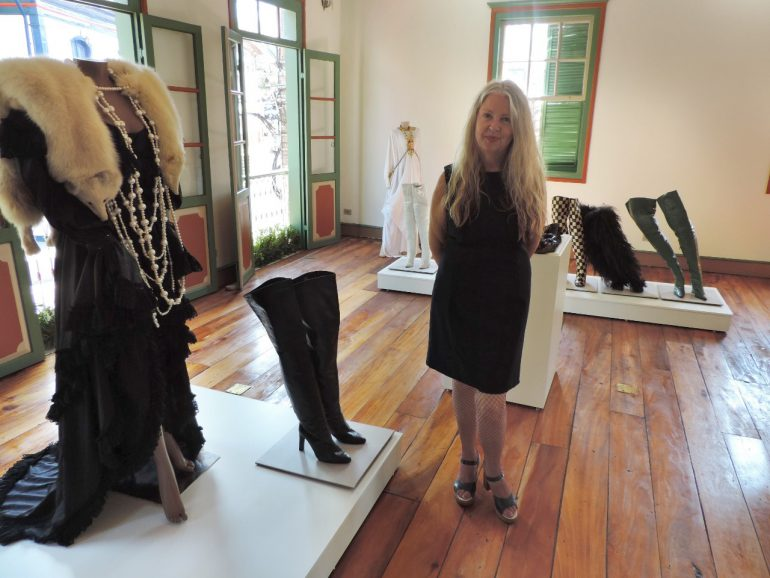 Irmã de Elke guia visitantes em exposição sobre a artista no Museu de Itabira