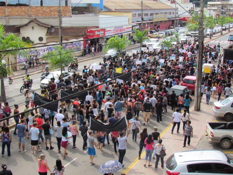 Estudantes, professores e sindicalistas param o Centro de Itabira em protesto contra bloqueios na educação