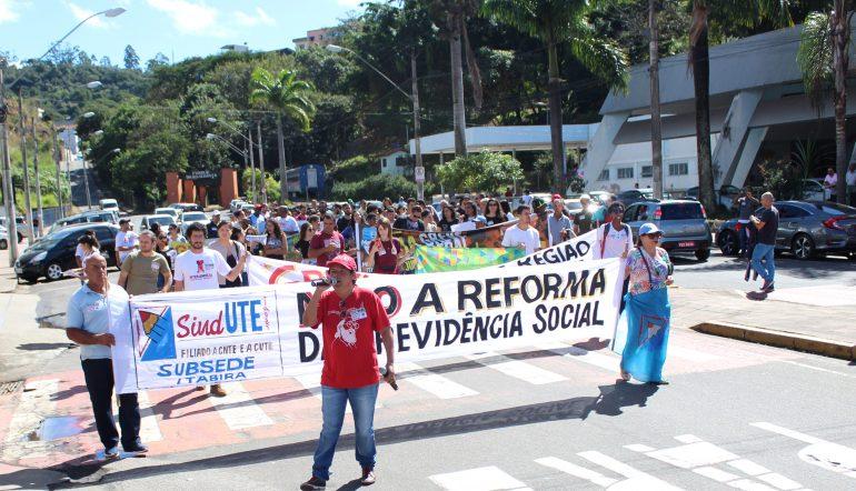 Protesto reúne sindicalistas e estudantes em Itabira