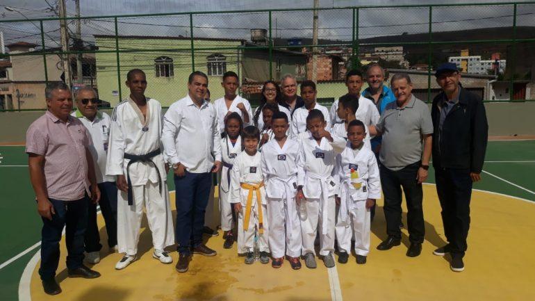 Moradores do bairro Machado recebem quadra reformada