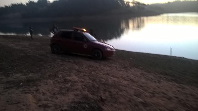 Rapazes desaparecem na represa do Peti após apostarem travessia a nado; bombeiros fazem busca