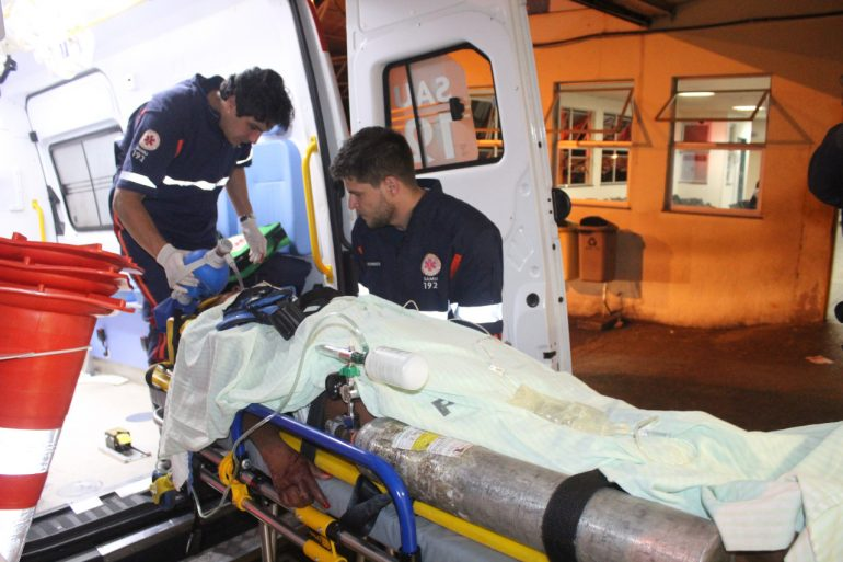 Mulher é socorrida em estado grave após cair da garupa de motocicleta em Itabira