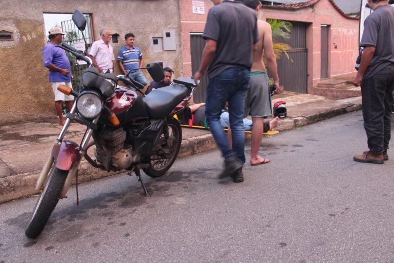 Motociclista fica ferido após atropelar cachorro na rua das Margaridas