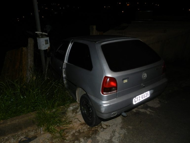 Dois são detidos após roubo de carro e acidente no bairro Gabiroba