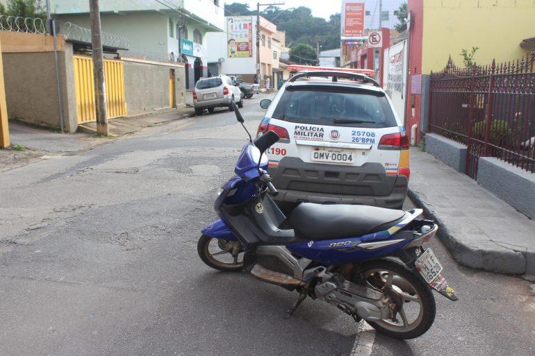 Moto furtada próximo à Delegacia é encontrada pela polícia no Centro de Itabira