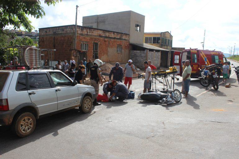 Mulher é socorrida após batida entre carro e moto na rua Humberto Campos