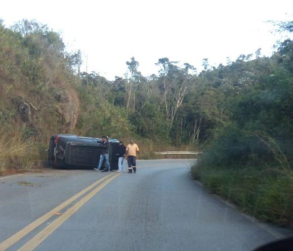 Carro capota em curva na MG-010 em Conceição do Mato Dentro
