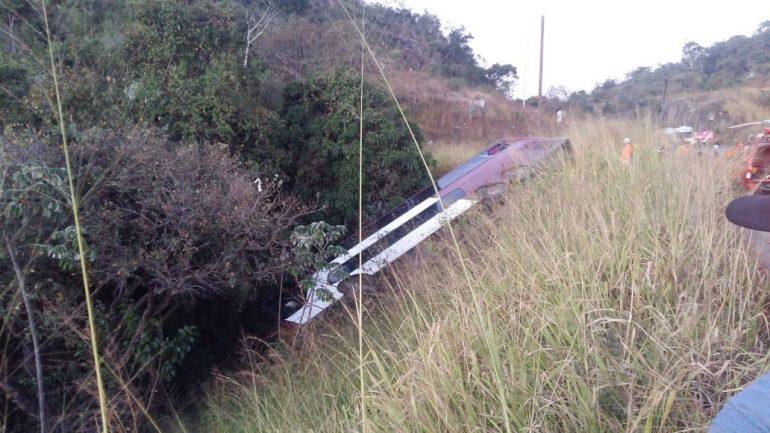 Ônibus de turismo tomba em ribanceira na BR-381