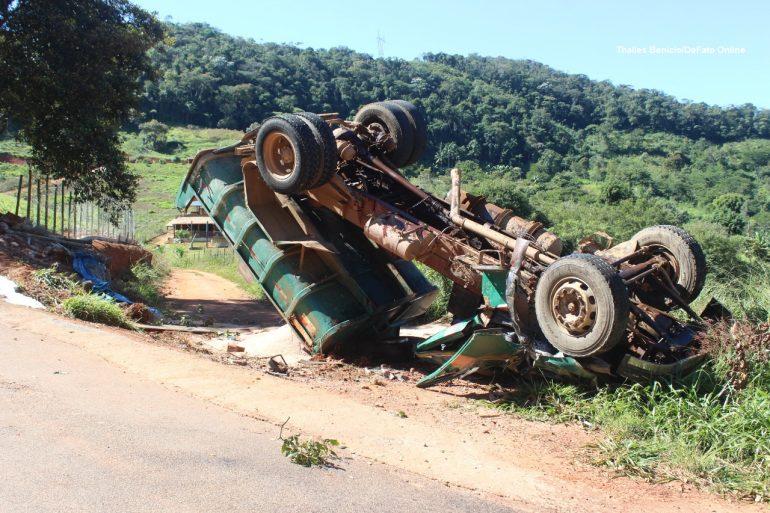 Motorista capota caminhão carregado com areia na estrada do Forninho