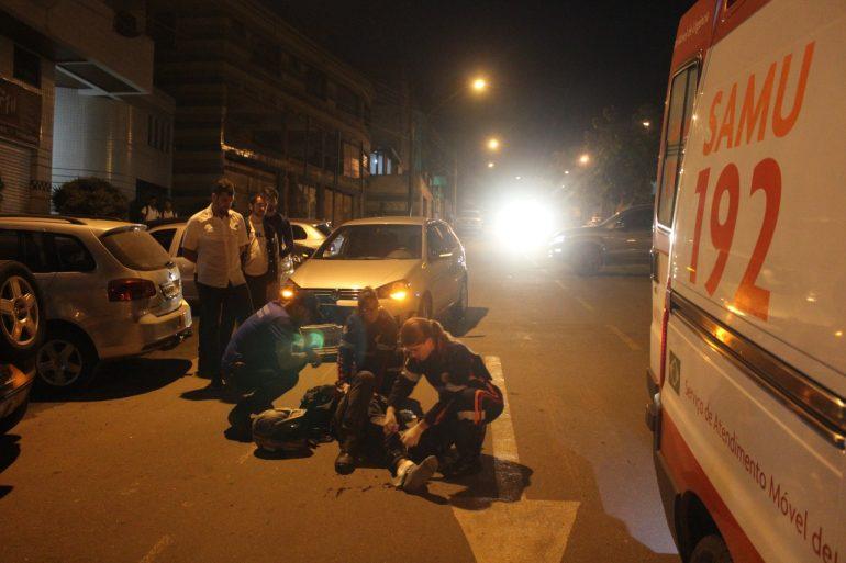 Colisão entre carro e moto deixa jovem ferido na avenida das Rosas