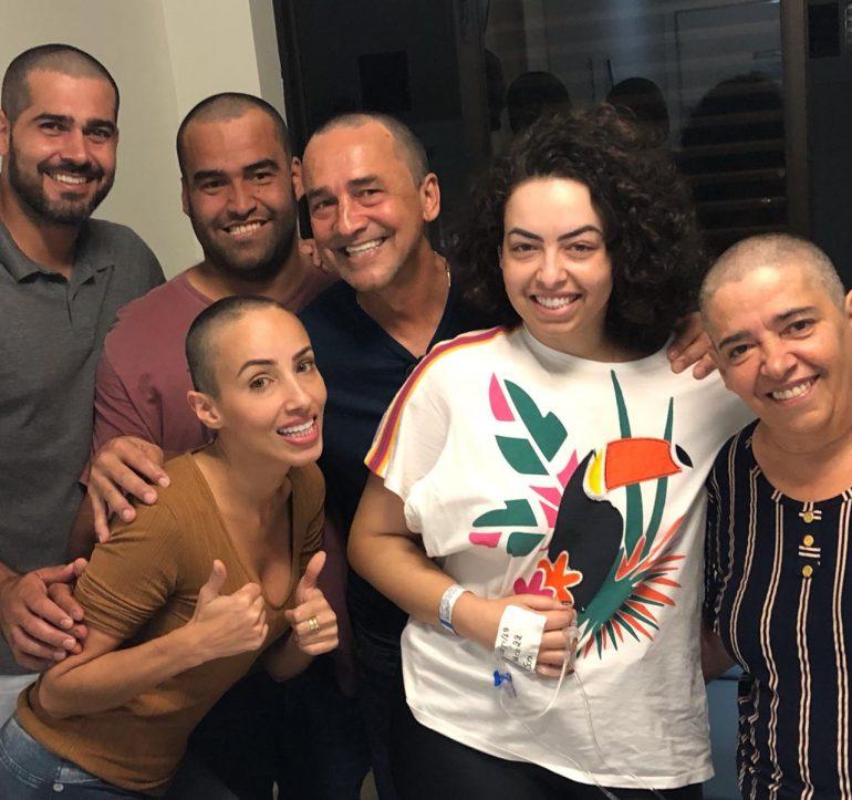 Familiares raspam o cabelo em apoio a jornalista mineira com leucemia