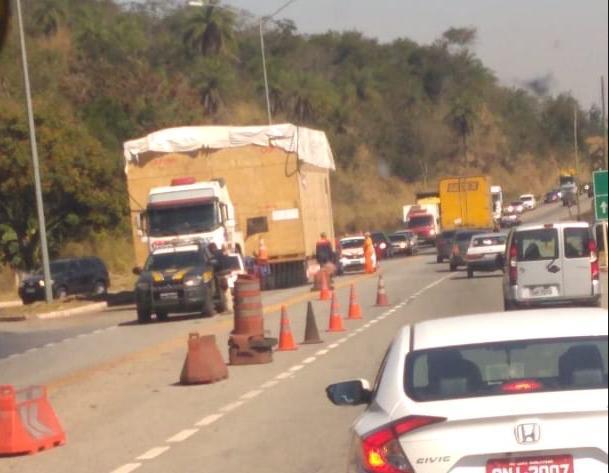 Transporte de carga deixa trânsito lento na BR-381