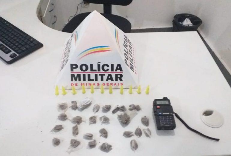 Drogas e rádio comunicador na frequência da Polícia Militar são apreendidos no Santa Marta