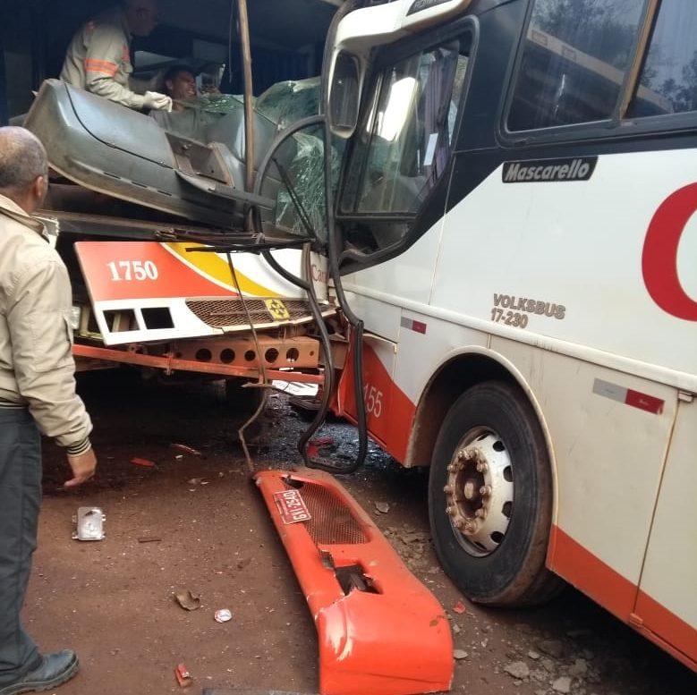 Ônibus da mesma empresa batem de frente em estrada de terra que liga Barão a Santa Bárbara