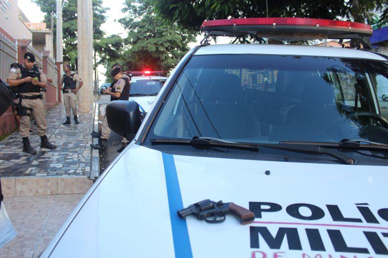 PM apreende réplica de revólver com adolescente no bairro Amazonas em Itabira