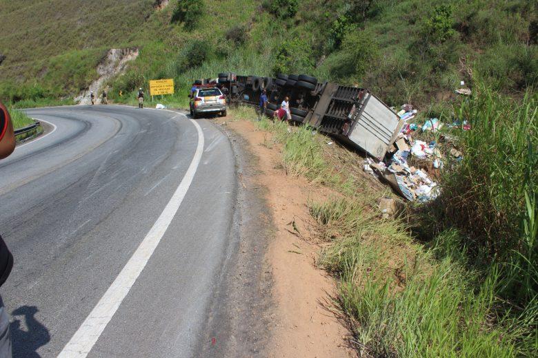 Carga é saqueada após carreta tombar na estrada de Nova Era e três são presos