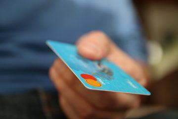 Entregador viraliza ao filmar dados de cartão de cliente; veja o vídeo
