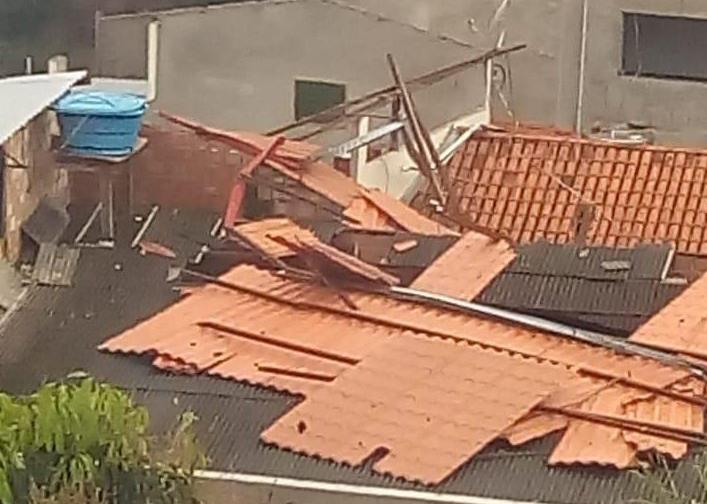 Temporal destelha casas, destrói ruas e derruba árvores em Mariana