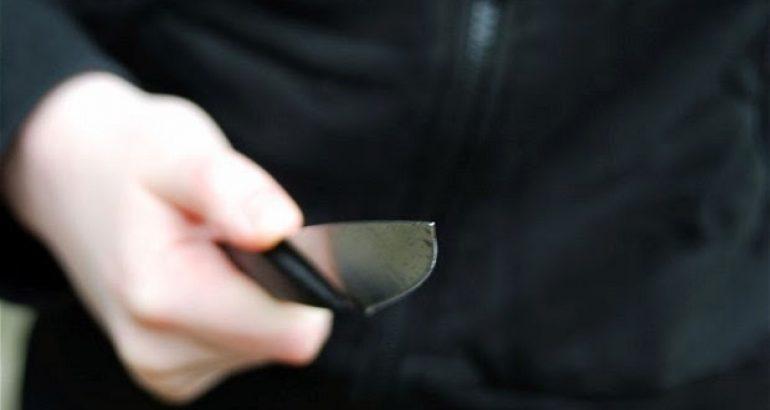 Mulher é rendida após descer de ônibus e agredida com facada