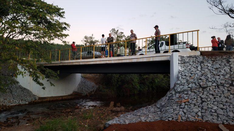 Comunidade de Catas Altas recebe nova Ponte do Japonês