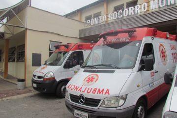 Motoqueiro fica ferido em acidente com micro-ônibus em Itabira