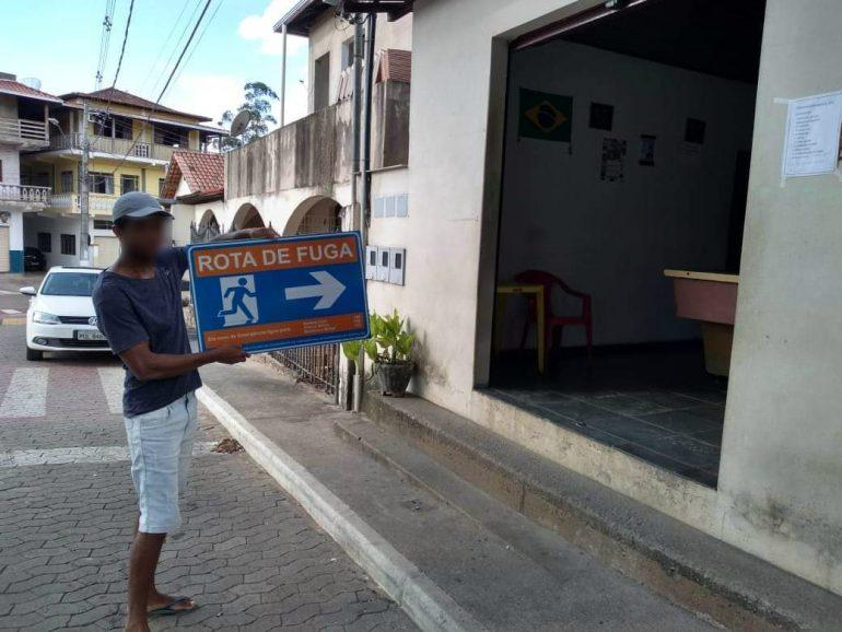 """PM prende homem que """"fez graça"""" com placa em frente a bar em São Gonçalo"""