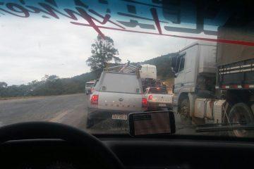Veículo de carga tomba na BR-381 e deixa trânsito lento próximo a Nova Era