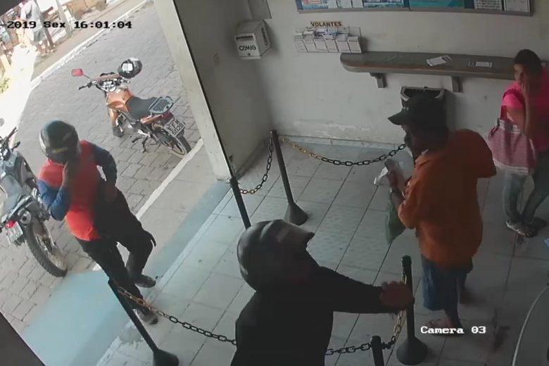 Ladrões rendem funcionário e levamR$ 30.000 da Lotérica de Ferros