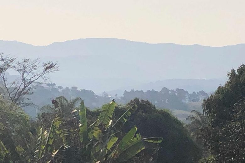 Nuvem de fumaça deixa parte de Itabira encoberta neste domingo