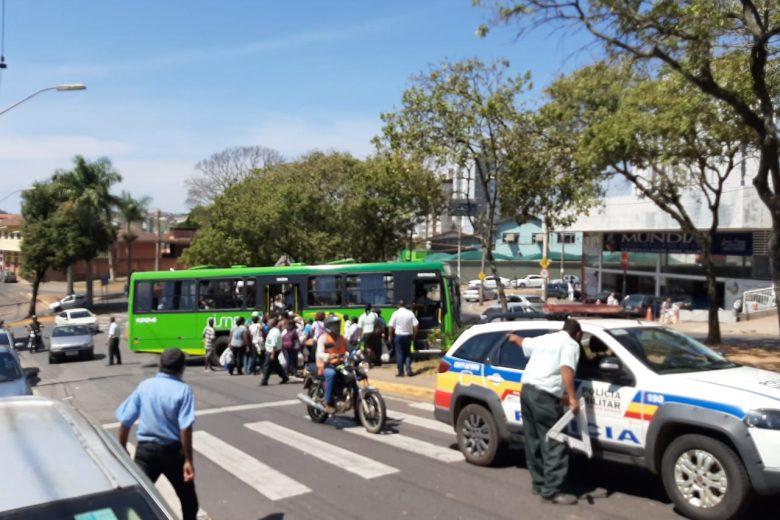 Acidente entre dois ônibus causa transtornos no trânsito em Itabira