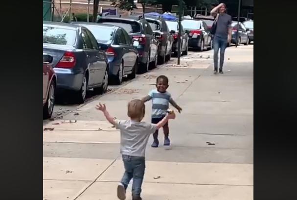Vídeo com abraço entre 2 crianças viraliza na web: conheça esta história
